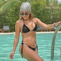 Weet jij wat deze zwarte bikini zo bijzonder maakt? Het is volledig met de hand versierd met zoetwaterparels en de stof heeft een unieke en exclusieve slangenhuidtextuur.  . . . . #perlasantaswimwear #zwartebikini #lbb #uniek #zoetwaterparels #bikini #colombiadesigns #snakeskinbikini #bikinishoppen #bikiniwinkel #blackbikini